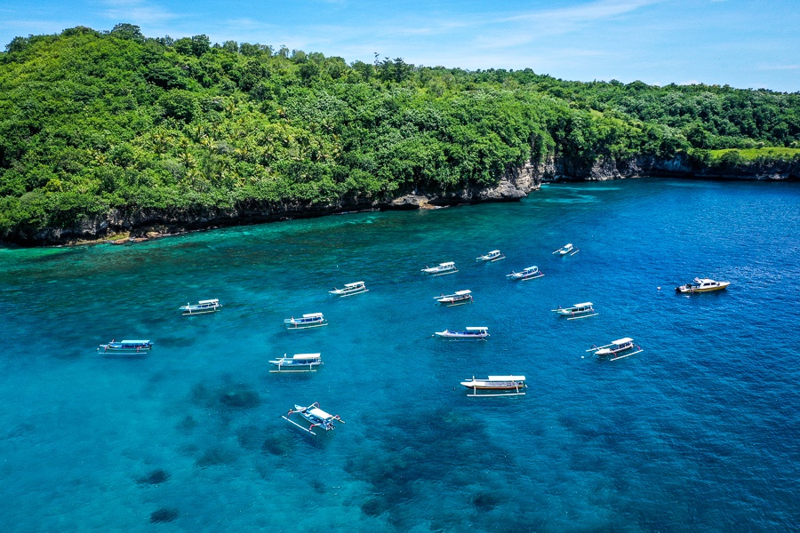 Boats floating at Crystal Bay in Nusa Penida, Bali