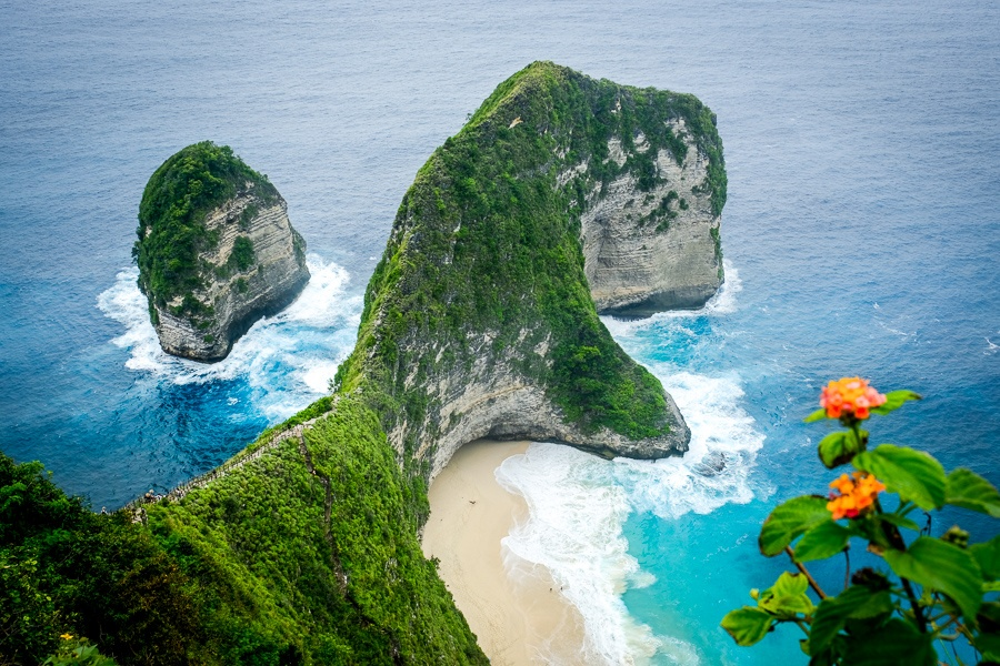 The T-Rex shaped cliff point at Kelingking Beach in Nusa Penida, Bali