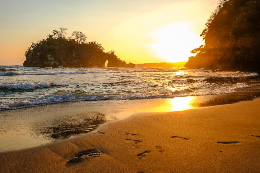Sunset on the beach at Crystal Bay in Nusa Penida, Bali