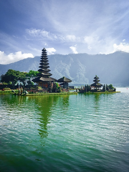 Floating lake temple and mountains at Pura Ulun Danu Beratan in Bedugul, Bali