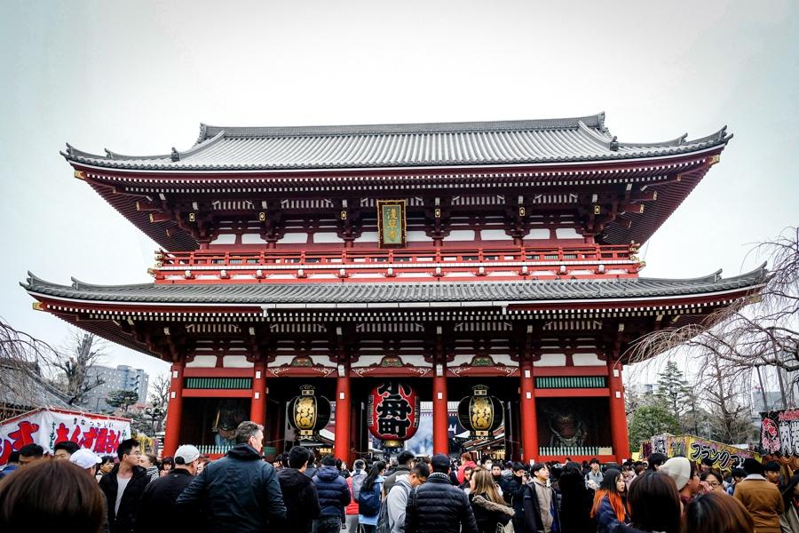 Gate and crowds at Sensoji Temple in Asakusa, Tokyo, Japan