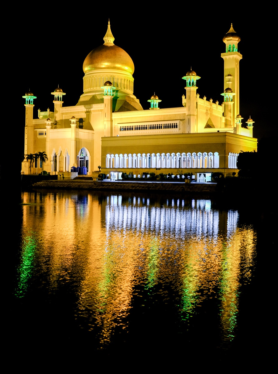 Sultan Omar Ali Saifuddien Mosque in Brunei at night