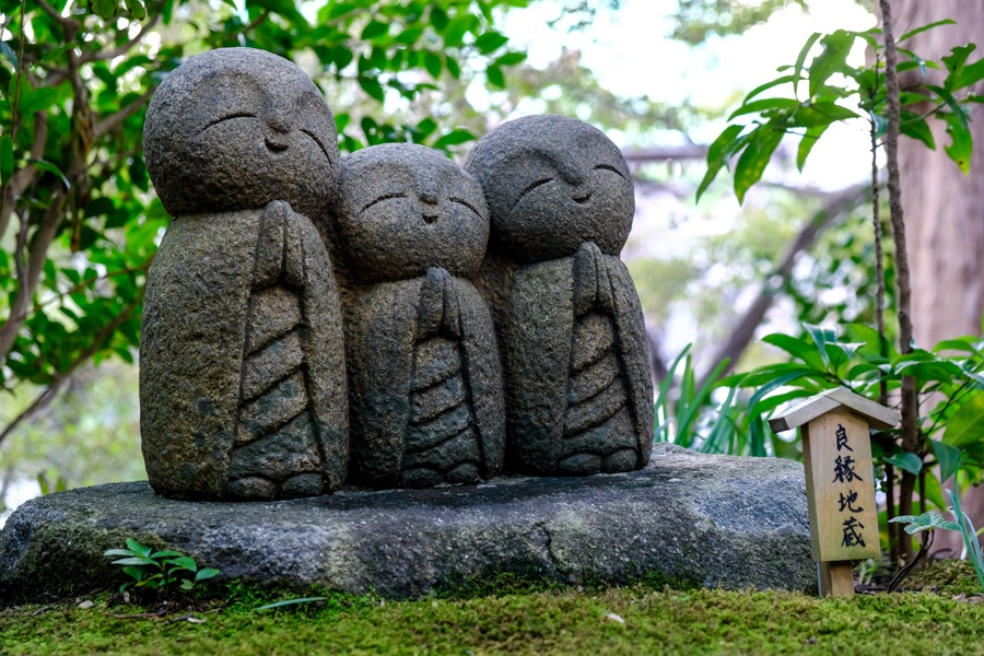 little praying statues