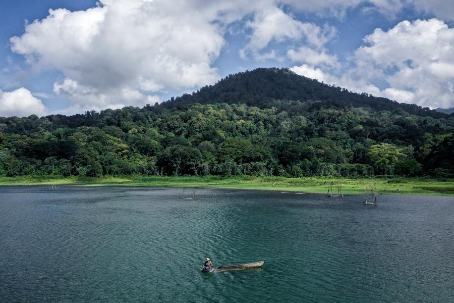 lake tamblingan fisherman