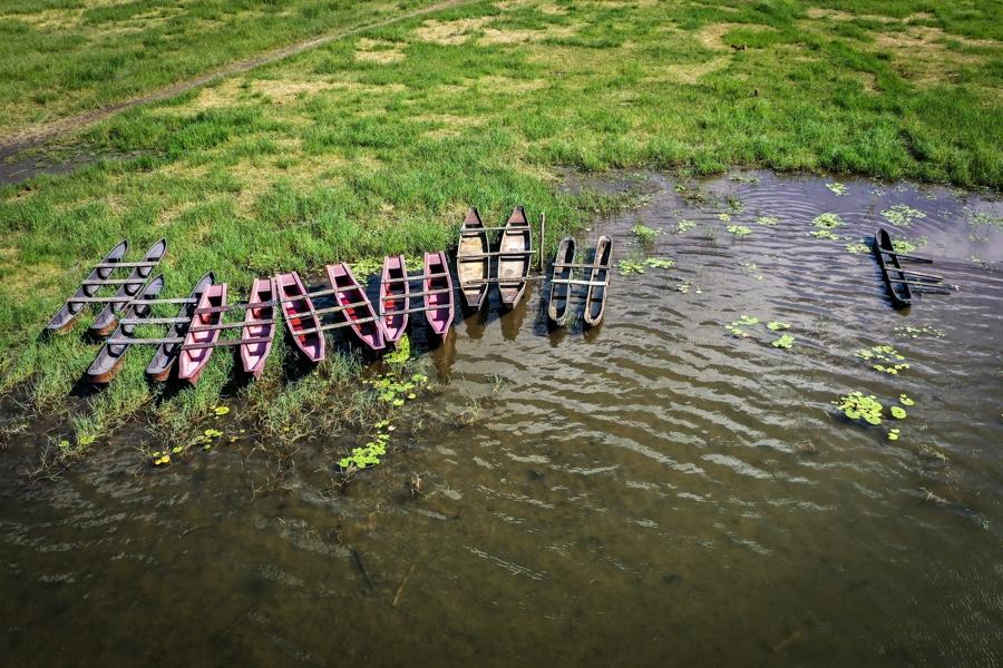 lake tamblingan canoes