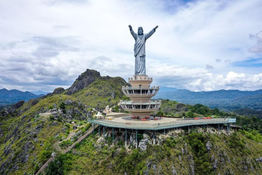 Patung Yesus Buntu Burake Jesus statue near Rantepao