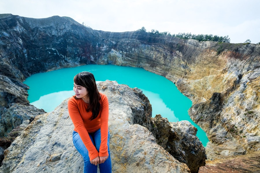 My traveler woman at Kelimutu blue lake