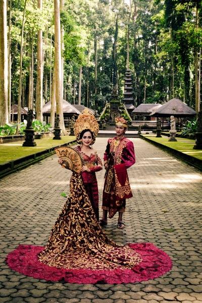 Balinese prewedding photos at Sangeh Monkey Forest